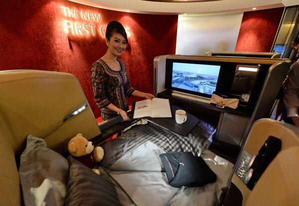 Stewardessa singapurskich linii lotniczych Singapore Airlines  - Sputnik Polska