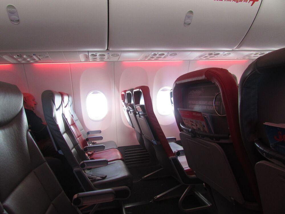 Wnętrze samolotu Boeing 737 (G-JZHJ) brytyjskich linii lotniczych Jet2