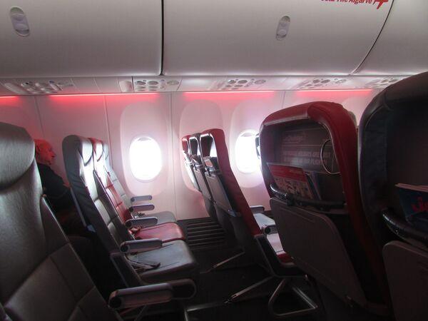 Wnętrze samolotu Boeing 737 (G-JZHJ) brytyjskich linii lotniczych Jet2  - Sputnik Polska