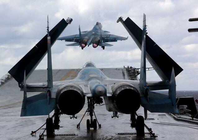 Myśliwce Su-33 i MiG-29K na pokładzie krążownika ciężkiego lotniskowca Admirała Kuzniecowa na Morzu Śródziemnym
