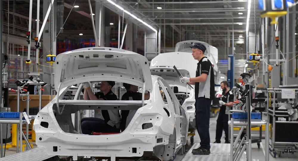 Pracownicy w hali fabryki Mercedes-Benz, która została otwarta w obwodzie moskiewskim