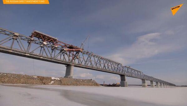 Budowniczy połączyli rosyjską i chińską część mostu przez rzekę Amur - Sputnik Polska