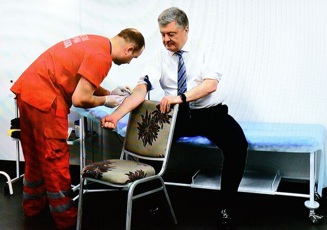 """Kandydat na prezydenta Ukrainy Petro Poroszenko wykonuje testy na obecność alkoholu i narkotyków w centrum medycznym stadionu """"Olimpijski"""""""