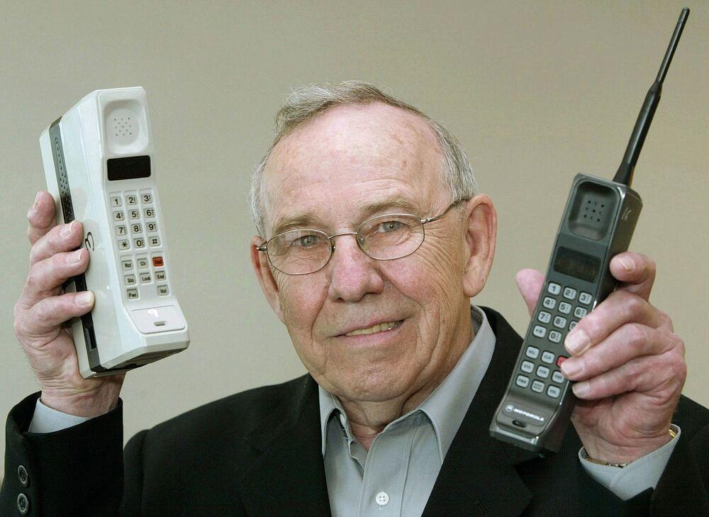 Były szef Motorola Design Rudy Krolopp z pierwszymi telefonami komórkowymi DynaTAC 8000X i International 3200