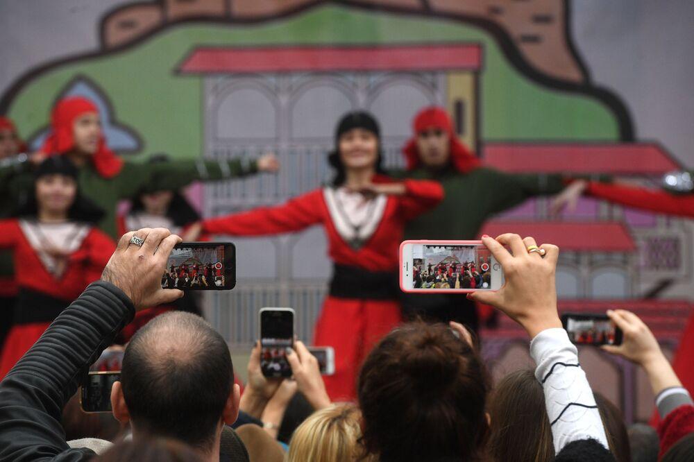 Widzowie nagrywają zespół taneczny telefonem, 2018 rok