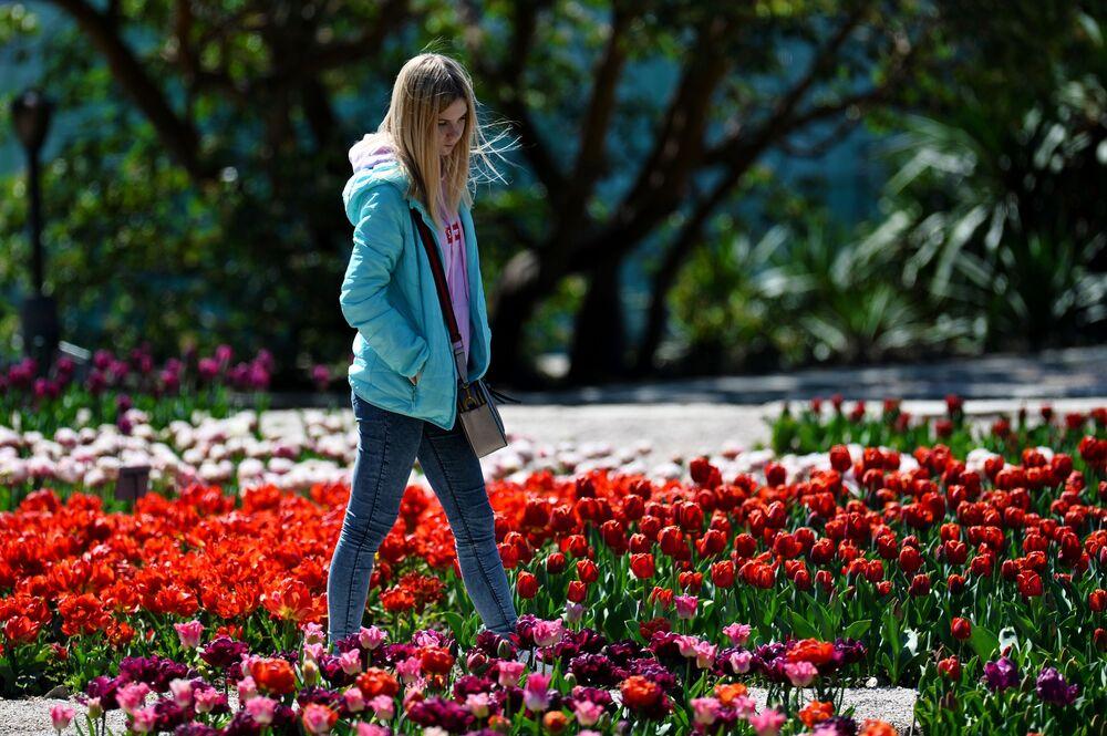 Dziewczyna spaceruje po Nikitskim Ogrodzie Botanicznym na Krymie