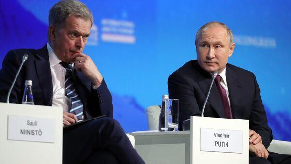 Prezydent Rosji Władimir Putin i prezydent Finlandii Sauli Niinisto na posiedzeniu plenarnym V Międzynarodowego Forum Arktycznego w Petersburgu - Sputnik Polska
