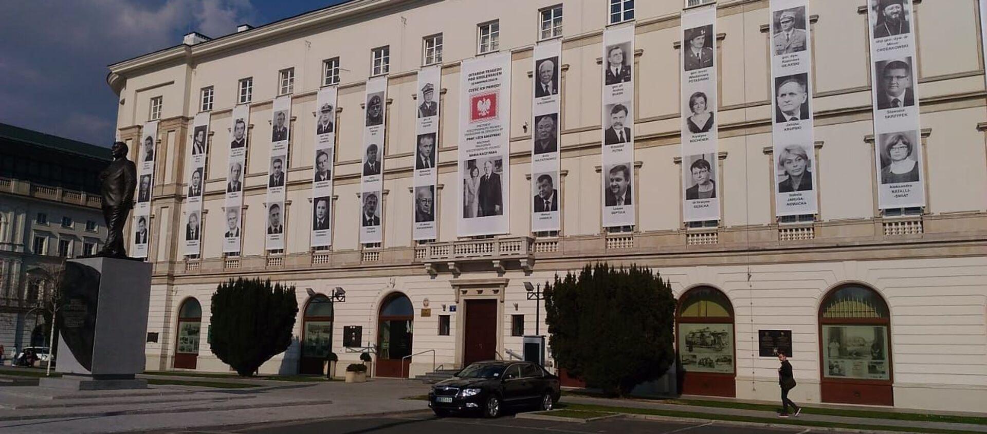 Zdjęcia ofiar katastrofy smoleńskiej na budynku Dowództwa Garnizonu - Sputnik Polska, 1920, 10.04.2021