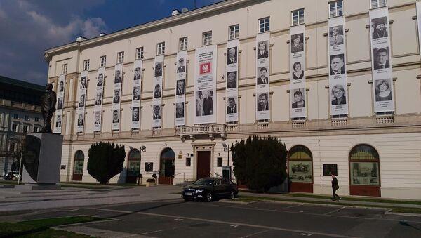 Zdjęcia ofiar katastrofy smoleńskiej na budynku Dowództwa Garnizonu - Sputnik Polska