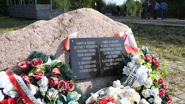 Kamień upamiętniający katastrofę samolotu Tu-154M należącego do prezydenta Polski Lecha Kaczyńskiego - Sputnik Polska