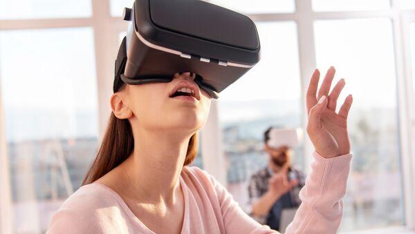 Dziewczyna w okularach wirtualnej rzeczywistości - Sputnik Polska