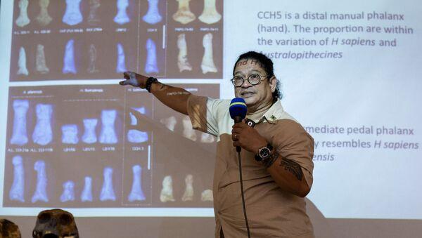 Profesor filipińskiego uniwersytetu Armand Salvador demonstrujący zęby i kości należące do nowo odkrytego gatunku Homo luzonensis - Sputnik Polska