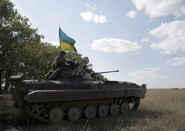 Ukraińscy wojskowi w transporterze opancerzonym w pobliżu obwodu ługańskiego