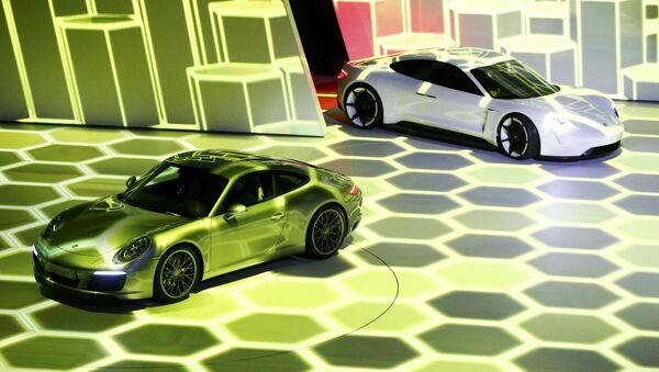 Samochody Porsche 911 Carrera S i Mission E pzred otwarciem wystawy motoryzacyjnej Internationale Automobil-Ausstellung - 2015 we Frankfurcie nad Menem - Sputnik Polska