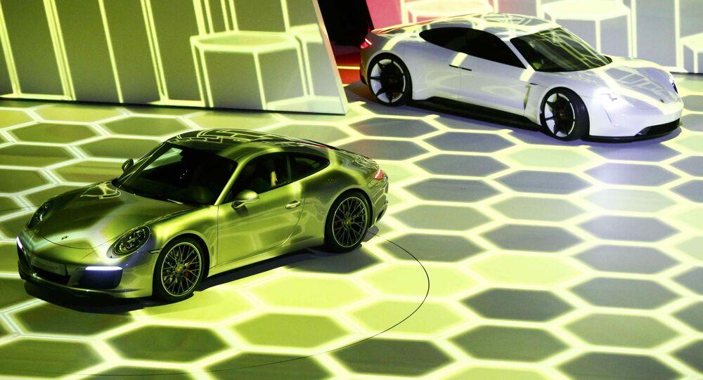 Samochody Porsche 911 Carrera S i Mission E pzred otwarciem wystawy motoryzacyjnej Internationale Automobil-Ausstellung - 2015 we Frankfurcie nad Menem