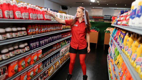 Artystka Lucy Sparrow w swoim supermarkecie - Sputnik Polska