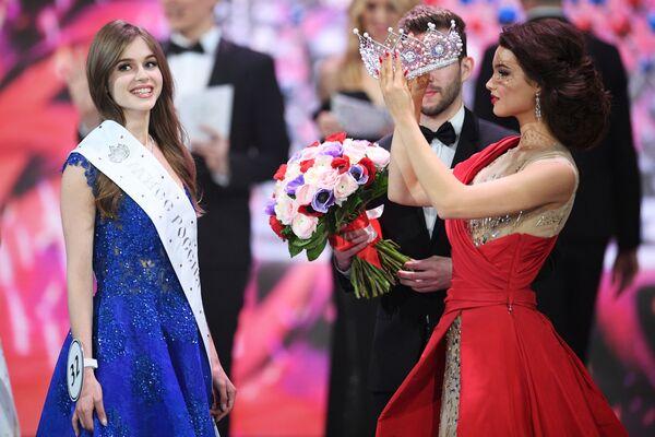 Miss Rosji 2019 Alina Sańko (Azow) oraz Miss Rosji 2018 Julia Polaczychina (Czuwaszja) podczas ceremonii wręczenia nagród finalistkom konkursu Miss Rosji 2019 w Barvikha Luxury Village - Sputnik Polska