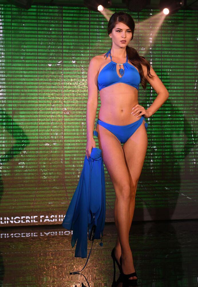 Modelka prezentuje strój kąpelowy podczas pokazu Lingerie Fashion Week