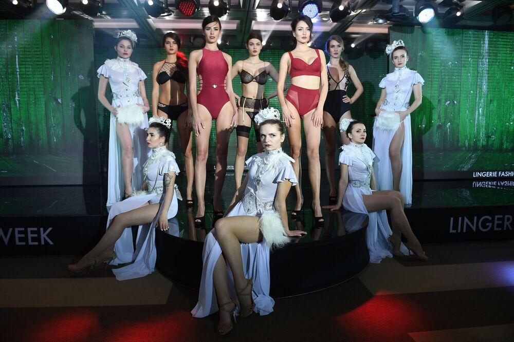 Modelki podczas pokazu bielizny i strojów kąpielowych Lingerie Fashion Week