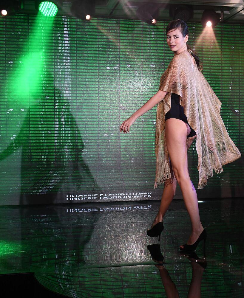 Modelka prezentuje strój kąpielowy podczas pokazu Lingerie Fashion Week