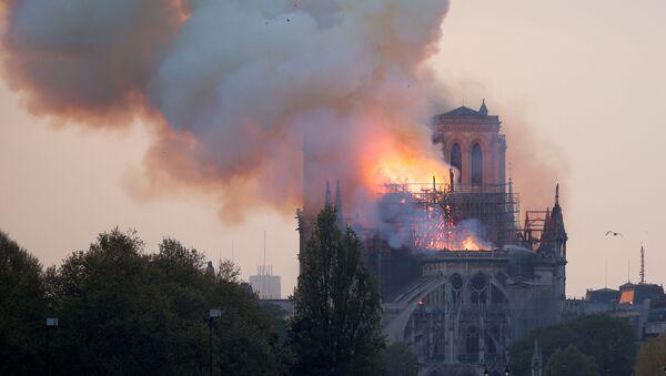Dym i płomień Notre Dame - Sputnik Polska