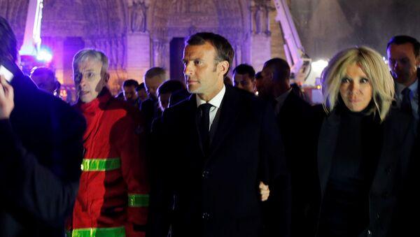 Prezydent Francji Emmanuel Macron i jego żona na miejscu pożaru w katedrze Notre Dame w Paryżu - Sputnik Polska