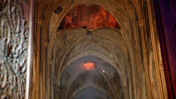 Pożar w Notre Dame w Paryżu - Sputnik Polska