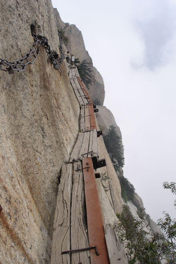 Wąski szlak górski  Thousand feet w chińskiej prowincji Shaanxi  - Sputnik Polska