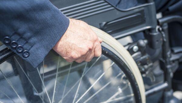 Mężczyzna na wózku inwalidzkim - Sputnik Polska