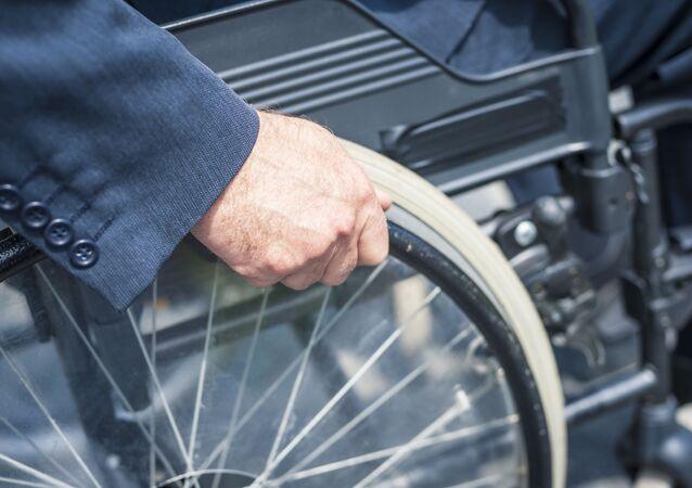 Mężczyzna na wózku inwalidzkim