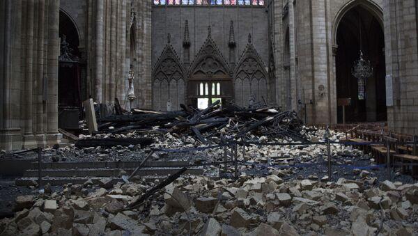 Spalone gruzy w katedrze Notre Dame po pożarze - Sputnik Polska