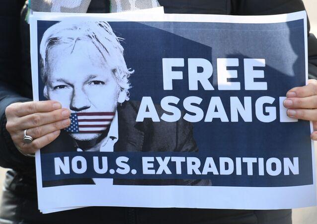 Plakat z apelem o uwolnienie założyciela WikiLeaks Juliana Assange'a