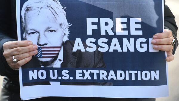 Plakat z apelem o uwolnienie założyciela WikiLeaks Juliana Assange'a  - Sputnik Polska