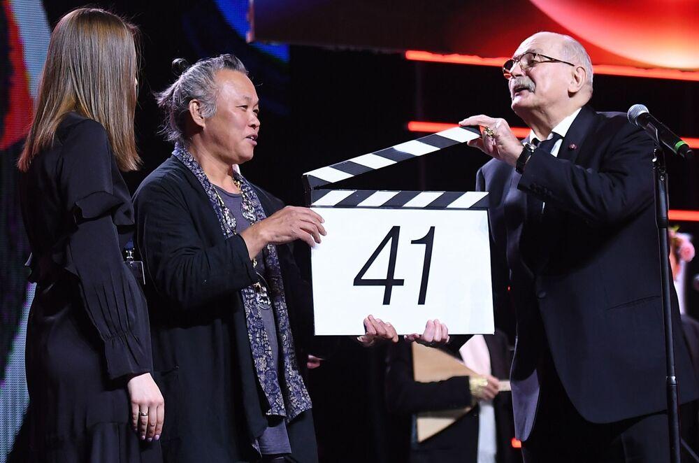 Południowokoreański reżyser Kim Ki-duk oraz rosyjski aktor i reżyser Nikita Michałkow na otwarciu Moskiewskiego Międzynarodowego Festiwalu Filmowego