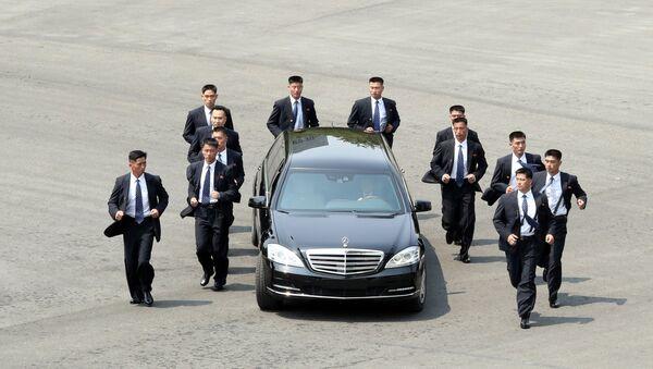 Ochroniarze wokół samochodu Kim Dzong Una w Korei Południowej - Sputnik Polska