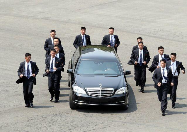 Ochroniarze wokół samochodu Kim Dzong Una w Korei Południowej