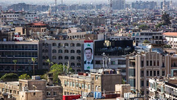 Portret prezydenta Syrii Baszara al-Asada na ścianie domu w centrum Damaszku - Sputnik Polska