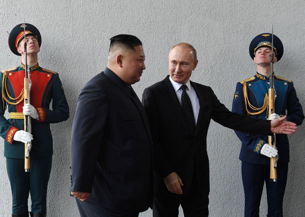 Lider KRLD Kim Dzong Un na spotkaniu z Władimirem Putinem w kampusie Federalnego Uniwersytetu Dalekowschodniego we Władywostoku