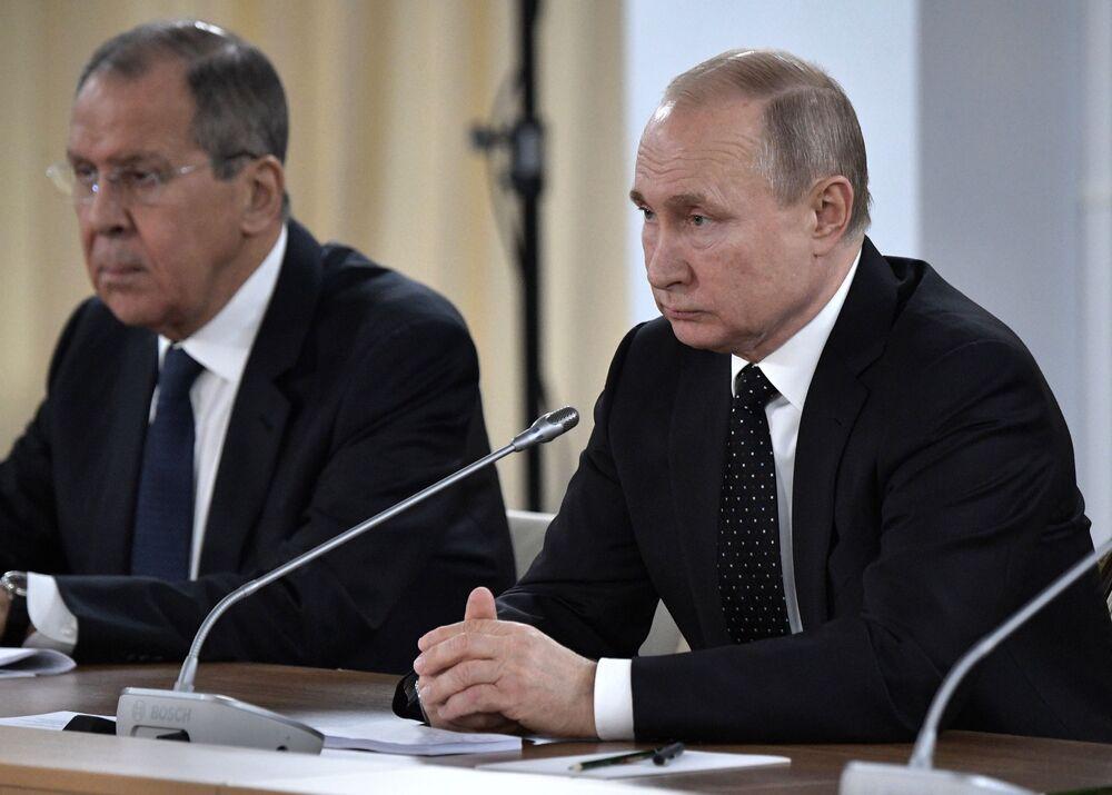 Władimir Putin i Siergiej Ławrow podczas rozmów rosyjsko-koreańskich we Władywostoku