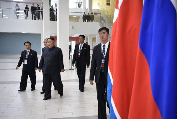 Lider KRLD Kim Dzong Un w kampusie Federalnego Uniwersytetu Dalekowschodniego we Władywostoku - Sputnik Polska