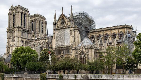 Katedra Notre-Dame w Paryżu z zainstalowanym nad dachem pokryciem brezentowym - Sputnik Polska