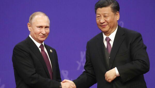 Prezydent Federacji Rosyjskiej Władimir Putin i przewodniczący Chińskiej Republiki Ludowej Xi Jinping podczas ceremonii wręczenia dyplomu honoris causa Uniwersytetu Tsinghua w Pekinie - Sputnik Polska