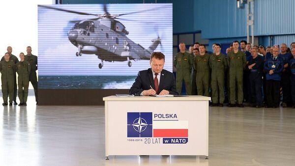 Szef MON Mariusz Błaszczak podpisuje umowę na dostawy AW101 - Sputnik Polska