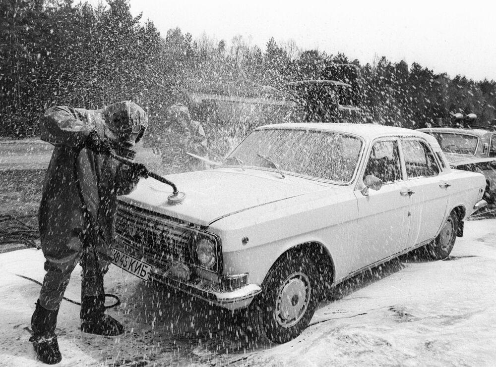 Odkażanie samochodu, wyjeżdżającego z terytorium Czarnobylskiej Elektrowni Jądrowej.