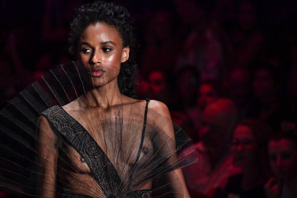 Modelka w sukience z kolekcji Lino Villaventura podczas brazylijskiego tygodnia mody w Sao Paulo.