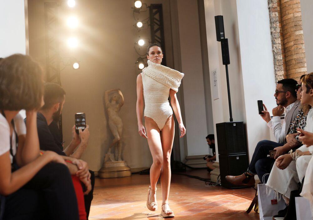 Modelka prezentuje strój z kolekcji Lenny'ego Niemeyera podczas brazylijskiego tygodnia mody w Sao Paulo.