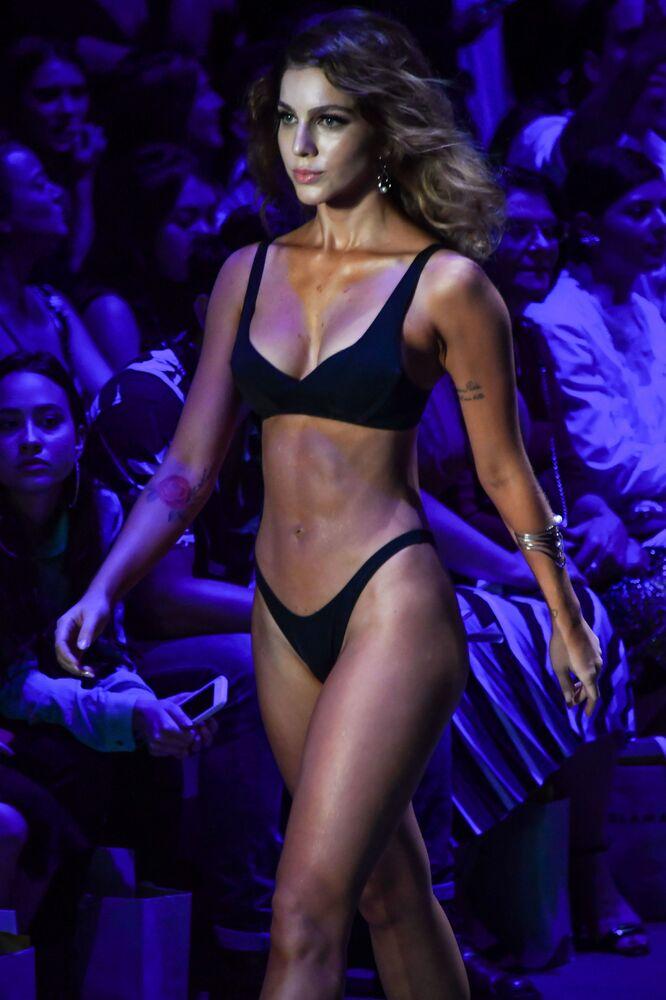 Modelka w kreacji Amira Slama na brazylijskim Sao Paulo Fashion Week.