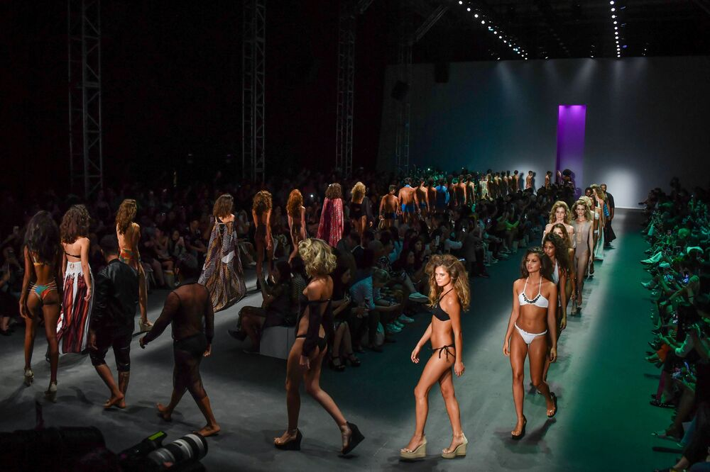 Modelki w strojach Amira Slama na brazylijskim tygodniu mody w Sao Paulo.