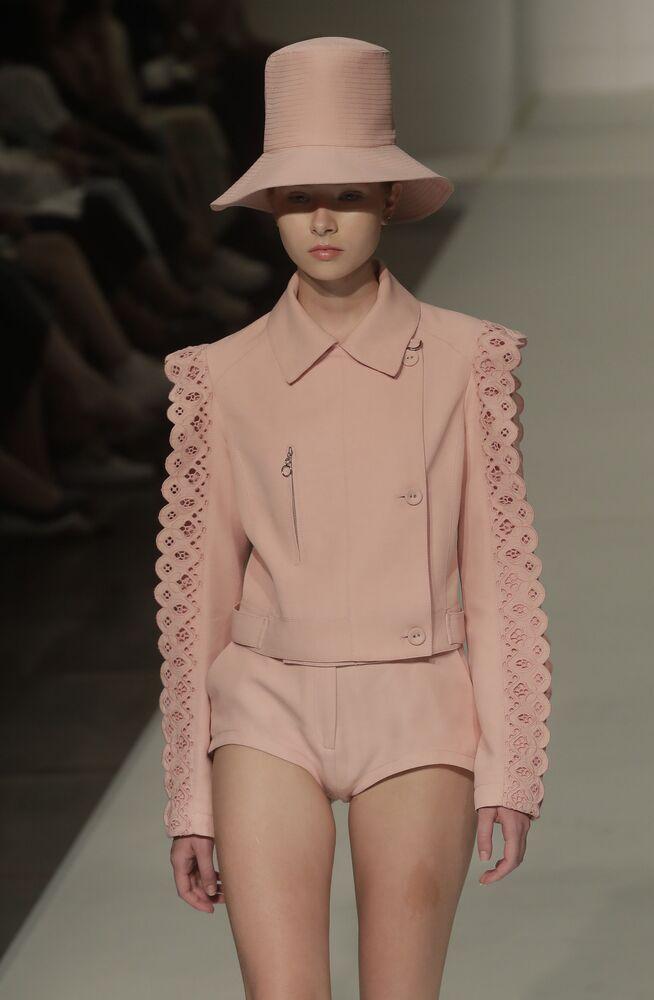 Modelka w stroju z kolekcji Reinaldo Lourenco na brazylijskim Sao Paulo Fashion Week.