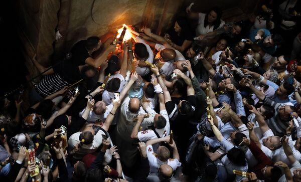 Wierni świętują zstąpienie Świętego Ognia w Świątyni Grobu Pańskiego w Jerozolimie - Sputnik Polska